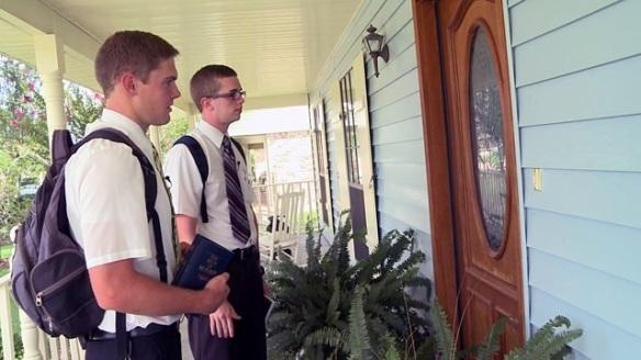 예수 그리스도 후기 성도 교회의 가르침을 전파하는 몰몬교 선교사들의 모습